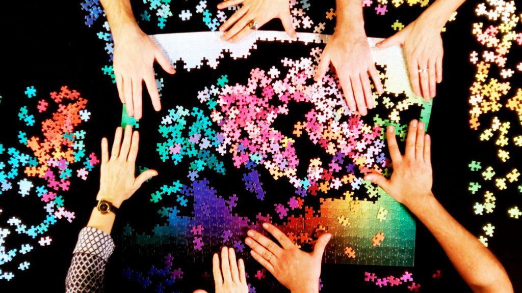 puzzle pou allazei xrwmata