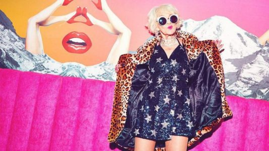 To ίνδαλμα του στυλ, κατά τη Miley Cyrus, αποθεώνει το χρώμα στα ρούχα!