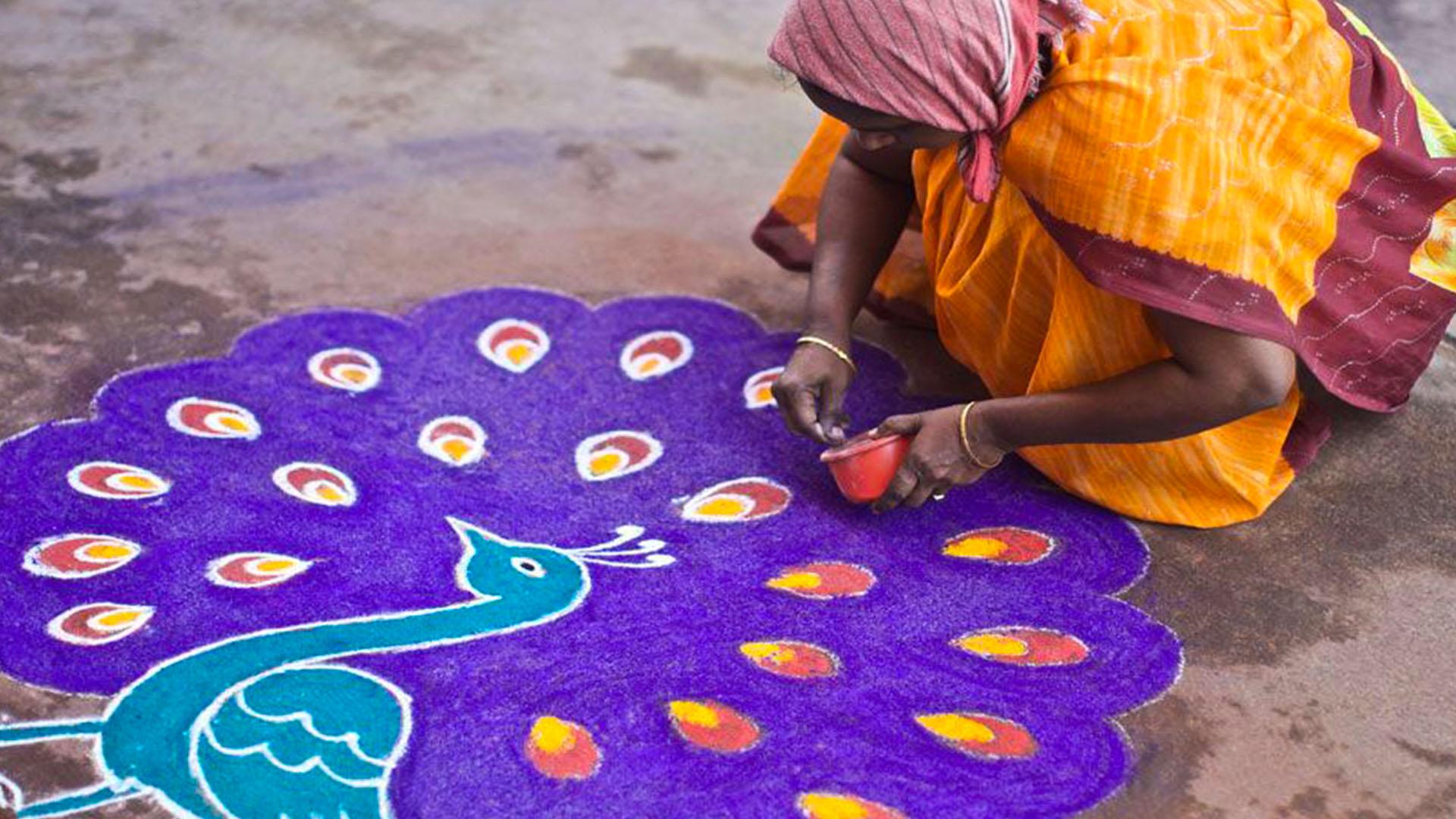 γυναίκα σχεδιάζει παγόνι